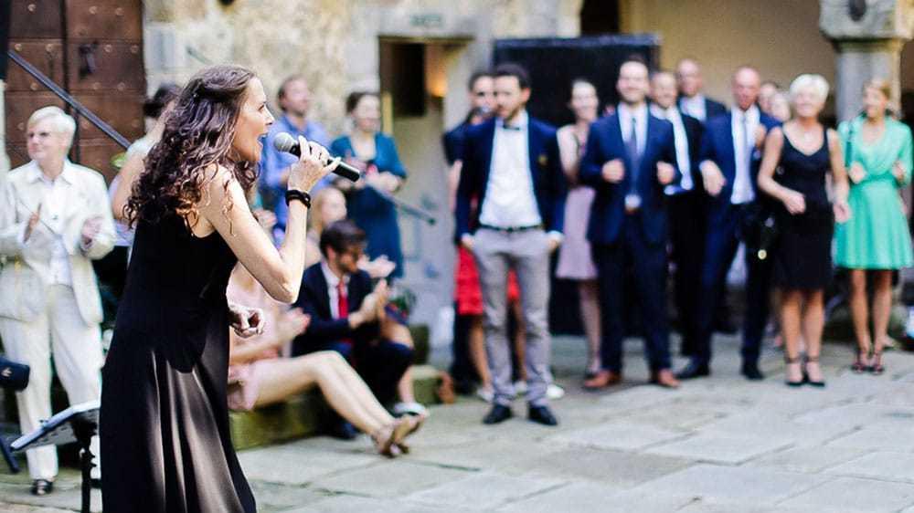Hochzeitssaengerin-Kirche-Sektempfang